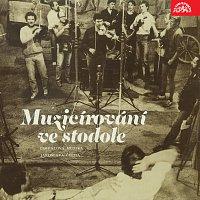 Cimbálová muzika Jaroslava Čecha – Muzicírování ve stodole