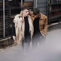 Oskar Linnros, Daniel Adams-Ray – Sitter pa en drom